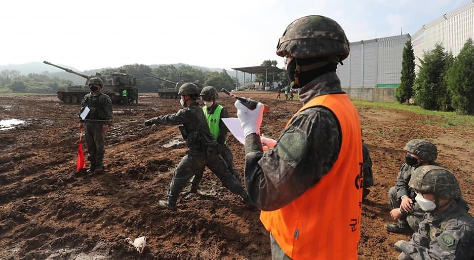 3일 경기도 포천시 꽃봉훈련장에서 실시된 K9A1 자주포 사격훈련에 참가한 장병이 사격 준비 완료 보고를 하고 있다. (출처=국방일보)