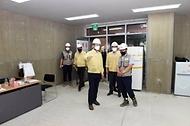 김희겸 행정안전부 재난안전관리본부장이 4일 경기 화성시 주상복합단지 건설공사 현장을 방문해 폭염대책을 점검하고 있다.