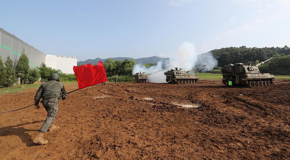 3일 경기도 포천시 꽃봉훈련장에서 실시된 K9A1 자주포 사격훈련에서 포반장이 수기를 휘둘러 방아끈 사격을 위해 대기 중인 인원들에게 발사 신호를 보내고 있다. (출처=국방일보)