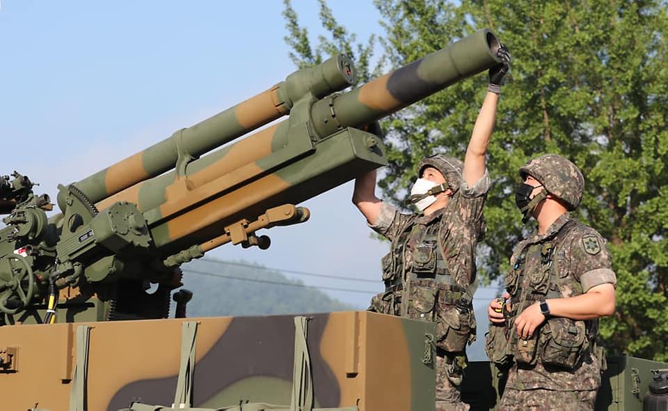 육군12사단 예하 포병대 장병들이 5일 강원도 인제군 서화 훈련장에서 열린 K105A1 자주포 사격훈련에서 초속측정기 장착을 위한 제원을 산출하고 있다. (출처=국방일보)