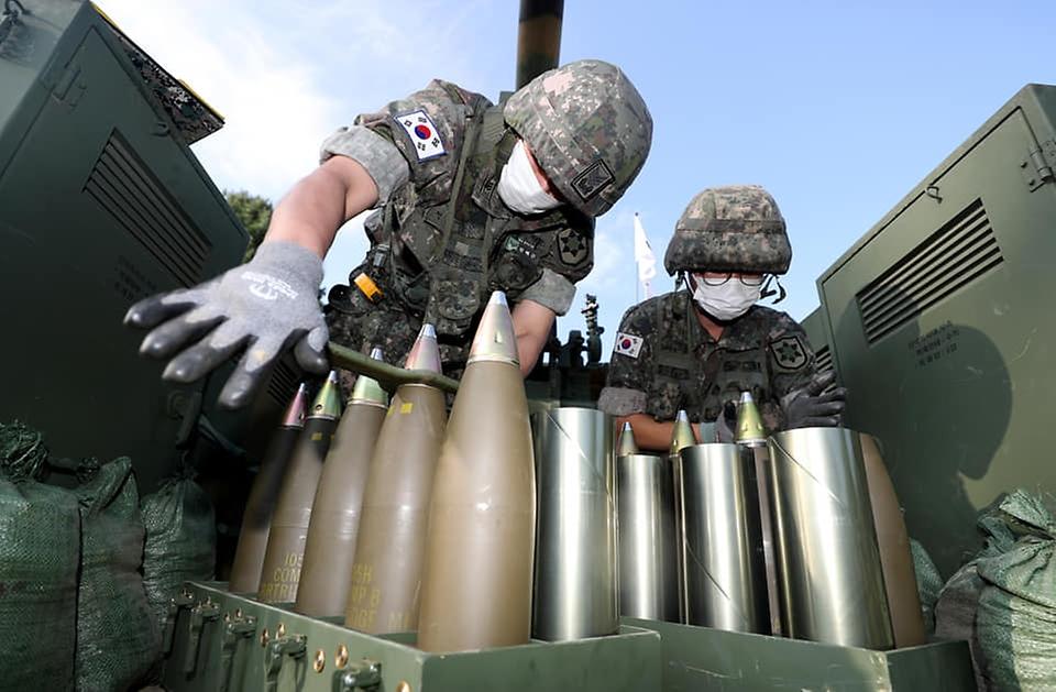 육군12사단 예하 포병대 장병들이 5일 강원도 인제군 서화 훈련장에서 열린 K105A1 자주포 사격훈련에서 105mm 고폭탄에 신관을 결합하고 있다. (출처=국방일보)