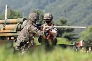 육군12사단 예하 포병대 장병들이 5일 강원도 인제군 서화 훈련장에서 열린 K105A1 자주포 사격훈련에서 포구를 점검하고 있다. (출처=국방일보)