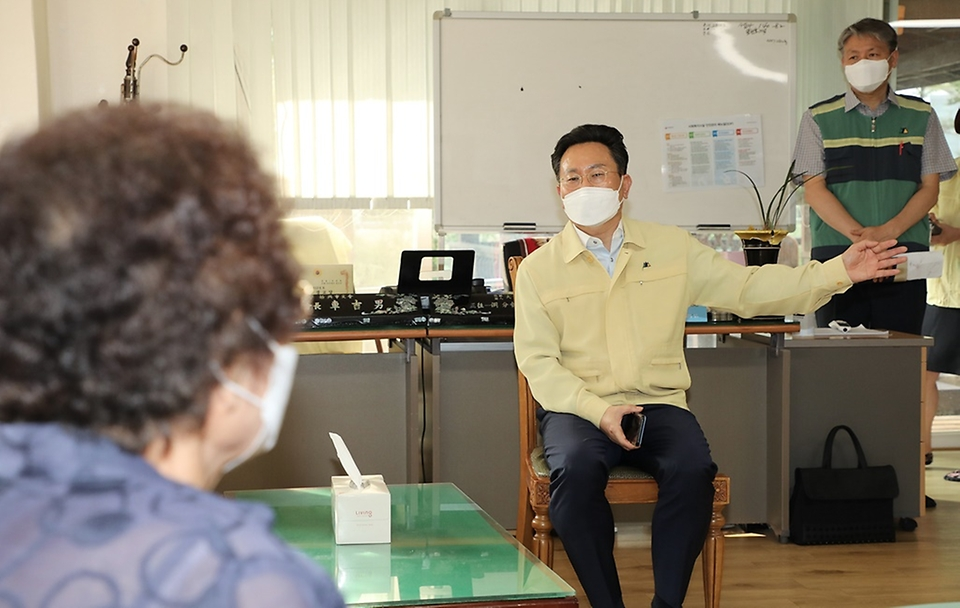 고규창 행정안전부 차관이 11일 오후 경기 시흥시 소재 무더위쉼터를 방문해 어르신들과 대화하고 있다.