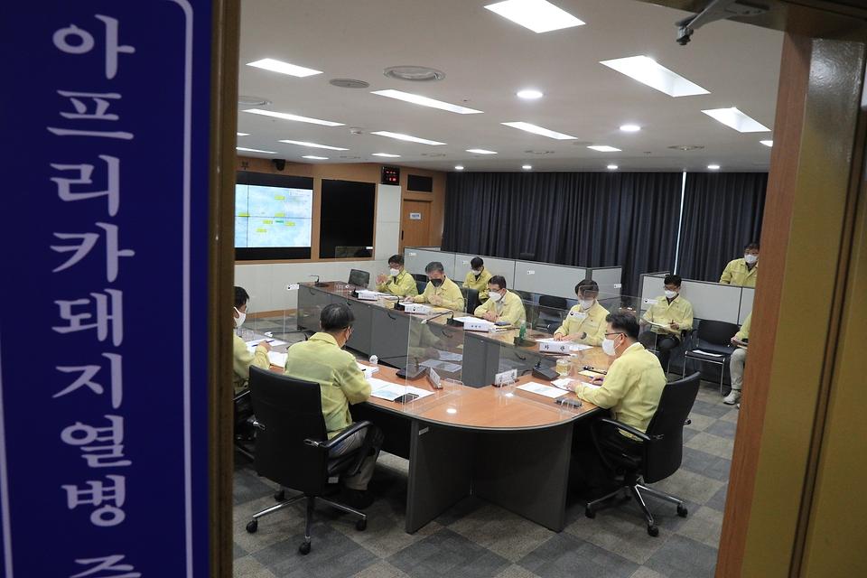 김현수 농림축산식품부 장관이 16일 강원도 인제군 소재 양돈농장에서 아프리카돼지열병이 추가 발생함에 따라 긴급상황점검회의를 개최하고 있다.
