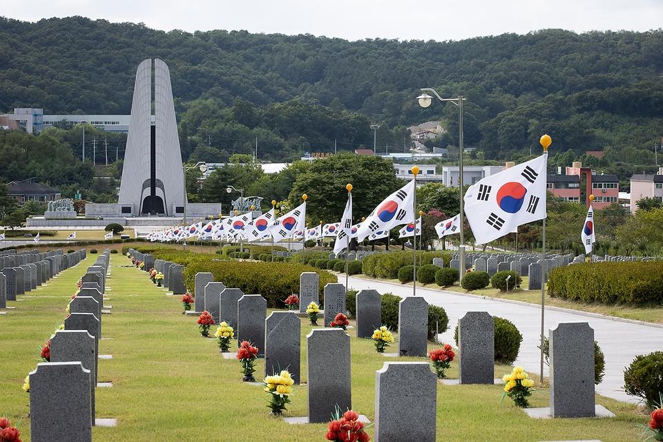 <p>14일 충남 천안 망향의 동산에서 일본군 '위안부' 피해자 기림의 날을 맞아 시민들이 추모비와 위안부 할머니 묘소를 참배하고 있다.</p>