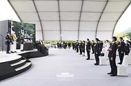문재인 대통령과 김정숙 여사를 비롯한 참석자들이 18일 국립대전현충원에서 열린 고 홍범도 장군 유해 안장식에서 국민의례를 하고 있다.
