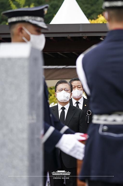 문재인 대통령이 18일 국립대전현충원에서 열린 고 홍범도 장군 유해 안장식에서 하관을 지켜보고 있다.