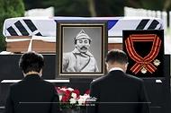 문재인 대통령과 김정숙 여사가 18일 국립대전현충원에서 열린 고 홍범도 장군 유해 안장식에서 묵념하고 있다.