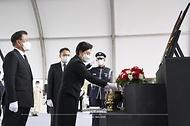 문재인 대통령과 김정숙 여사가 18일 국립대전현충원에서 열린 고 홍범도 장군 유해 안장식에서 분향하고 있다.