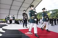 국군의장대가 18일 국립대전현충원에서 열린 고 홍범도 장군 유해 안장식에서 홍 장군의 유해를 운구하고 있다.