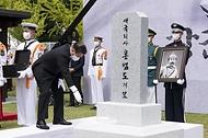 문재인 대통령이 18일 국립대전현충원에서 열린 고 홍범도 장군 유해 안장식에서 하관된 홍 장군의 유해 위로 허토하고 있다.