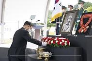문재인 대통령이 18일 국립대전현충원에서 열린 고 홍범도 장군 유해 안장식에서 분향하고 있다.