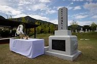 <p>광복절인 지난 15일 카자흐스탄에서 봉환된 홍범도 장군의 유해가 18일 국립대전현충원 독립유공자 제3묘역에 안장됐다. 시민들이 홍범도 장군 묘역을 참배하고 있다.</p>