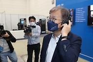 권칠승 중소벤처기업부 장관이 2일 세종시 정부세종컨벤션센터에서 열린 '규제자유특구 챌린지' 전시부스를 관람하고 있다.
