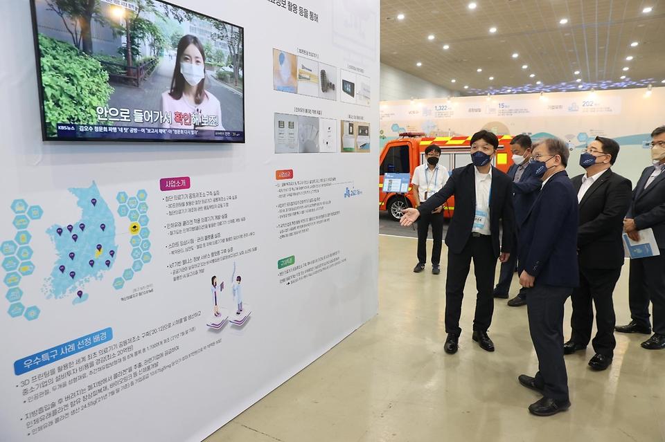 권칠승 중소벤처기업부 장관이 2일 세종시 정부세종컨벤션센터에서 열린 '규제자유특구 챌린지' 전시부스를 둘러보고 있다.