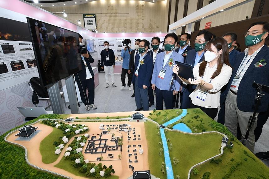 9일 경북 경주 화백컨벤션센터에서 개막한 2021 국제문화재산업전에서 강경환 문화재청 차장이 전시 부스를 관람하고 있다.