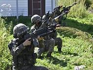지난 8일 강원도 인제 육군과학화전투훈련단에서 진행된 '초급부사관 KCTC 훈련'에서 초급부사관들이 드론 공격을 방어하기 위한 대공사격을 하고 있다.