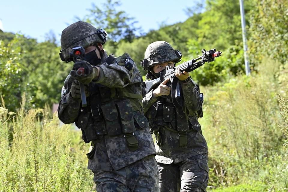 지난 8일 강원도 인제 육군과학화전투훈련단에서 진행된 '초급부사관 KCTC 훈련'에서 초급부사관들이 적진을 향해 기동하고 있다.