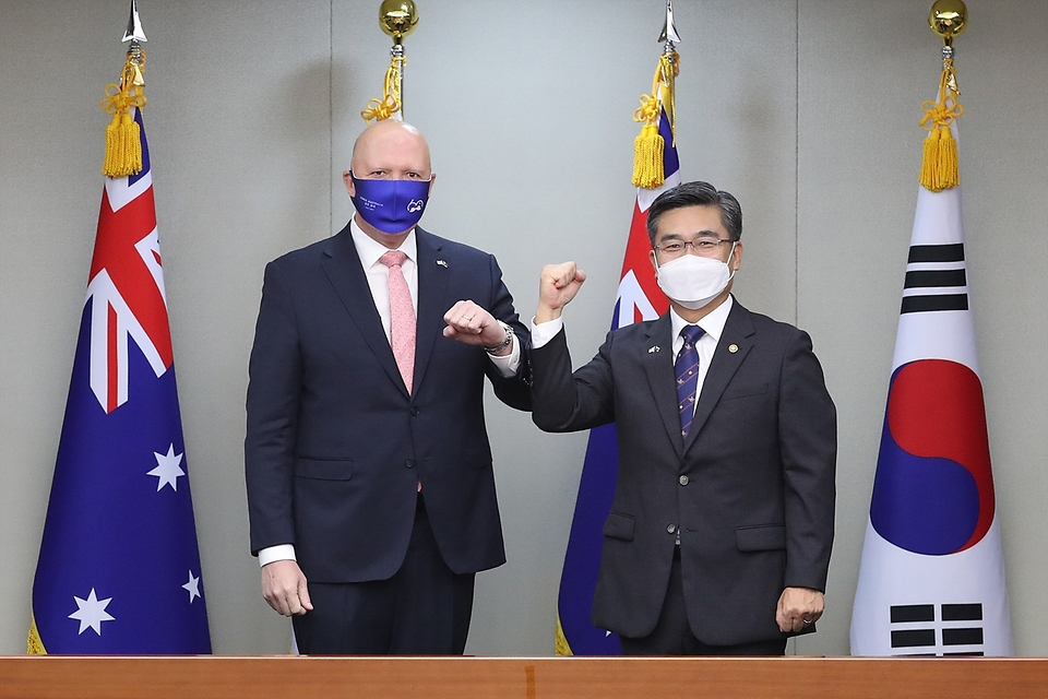 13일 오전 서울 용산구 국방부에서 열린 '한-호주 국방장관회담'에서 서욱 장관과 피터 더튼 호주 국방장관이 기념 촬영을 하고 있다.