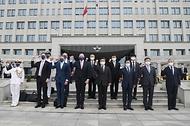 13일 오전 서울 용산구 국방부에서 열린 '한-호주 국방장관회담'에서 서욱 장관과 피터 더튼 호주 국방장관 등 관계자들이 기념 촬영을 하고 있다.
