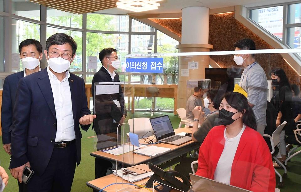안도걸 기획재정부 차관이 13일 세종시 소담동 주민센터를 방문해 국민지원금 관련 애로사항을 청취하고 있다.