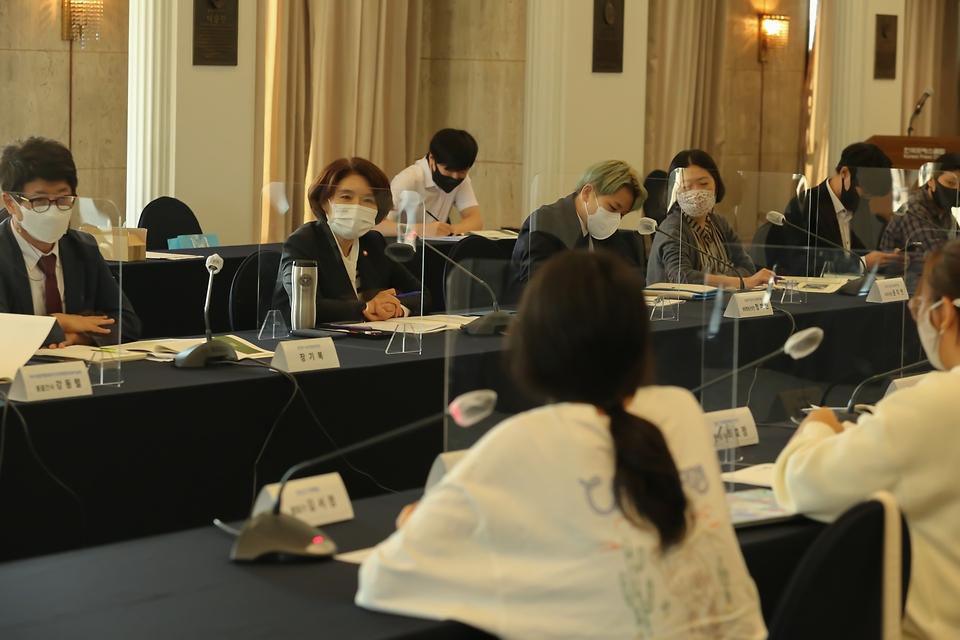 한정애 환경부장관이 15일 서울 중구 한국프레스센터에서 열린 '제1회 미래세대 청년 환경포럼' 행사에 참석하여, 환경포럼 구성원들의 환경정책 발전방안에 대한 토론을 경청하고 있다.