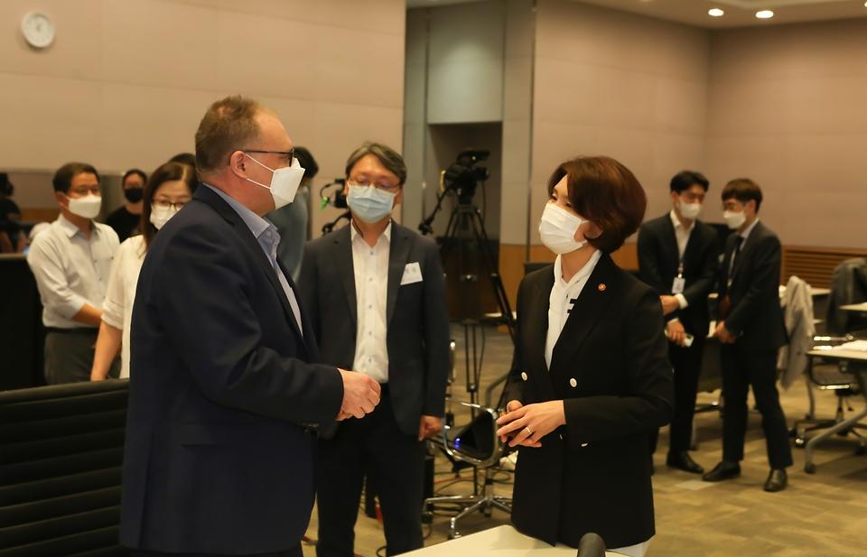 한정애 환경부장관이 15일 오후 서울 여의도에 위치한 전경련 컨퍼런스센터에서 열린 '탄소중립 실현과 생물다양성 보전을 위한 자연기반해법' 세미나에 참석하여, 녹색기후기금(GCF) 크리스 디킨스(Chris Dickinson) 전문관과 인사를 나누고 있다.