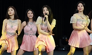 15일 서울 동대문디자인플라자(지난8일 녹화)에서 열린 2021-2022 한중 문화교류의 해 개막식에서 홍보대사로 위촉된 브레이브걸스가 축하공연을 하고 있다.