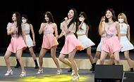 15일 서울 동대문디자인플라자(지난 8일 녹화)에서 열린 2021-2022 한중 문화교류의 해 개막식에서 홍보대사로 위촉된 브레이브걸스가 축하공연을 하고 있다.