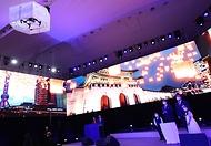 황희 문화체육관광부 장관이 15일 서울 동대문디자인플라자(지난 8일 녹화)에서 열린 2021-2022 한중 문화교류의 해 개막식에서 풍등을 띄워 보내는 축하 세레모니를 하고 있다.
