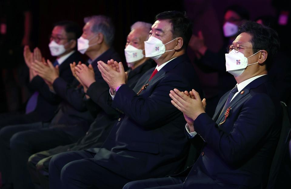 황희 문화체육관광부 장관이 15일 서울 동대문디자인플라자(지난8일 녹화)에서 열린 2021-2022 한중 문화교류의 해 개막식에서 박수를 치고 있다.