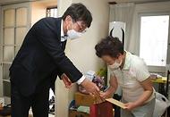 류근관 통계청장(왼쪽)이 9월 14일(화) 고 박정우 소대장의 어머니 곽계화 씨의 대전 자택을 방문하여 추석선물과 직접 쓴 손편지를 전달하였다.