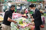 김정우 조달청장은 추석 연휴를 앞두고 15일 오후 대전 중구에 소재한 태평시장을 방문하여 민생현장을 둘러보며 코로나19 확산으로 어려움을 겪고 있는 상인들을 격려했다.