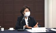 한정애 환경부장관이 27일 오후 서울 중구 한국프레스센터에서 열린  외국통신사 기자간담회에 참석하여 '탄소중립기본법' 주요 내용과 '제4차 아태환경장관포럼'개최 등 우리나라 기후변화 대응 정책을 설명하고 있다.