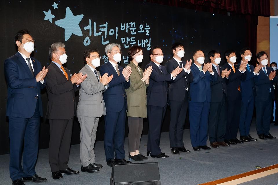 참석자들이 행사를 마치고 기념사진을 찍고 있다.