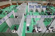 <p>17일 오후 대전 유성구 코로나19예방접종센터에서 시민들이 백신 주사를 맞고 있다. 코로나19예방접종대응추진단은 이날 오후 5시 기준으로 3600만 4101명이 1차 접종을 마쳐 전체 인구 대비 70.1%를 기록했다고 밝혔다.</p>