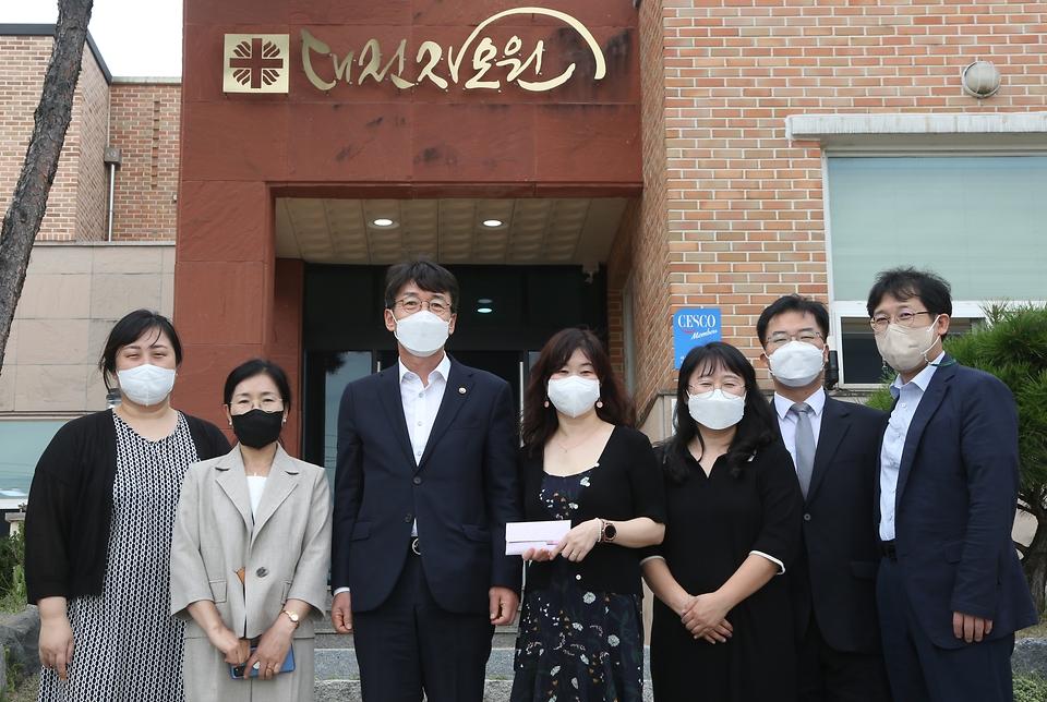류근관 통계청장(왼쪽 세 번째)이 9월 14일(화) 대전에 위치한 미혼모자 가족복지시설 자모원을 방문해 전통시장에서 직접 구매한 추석선물을 전달하였다.