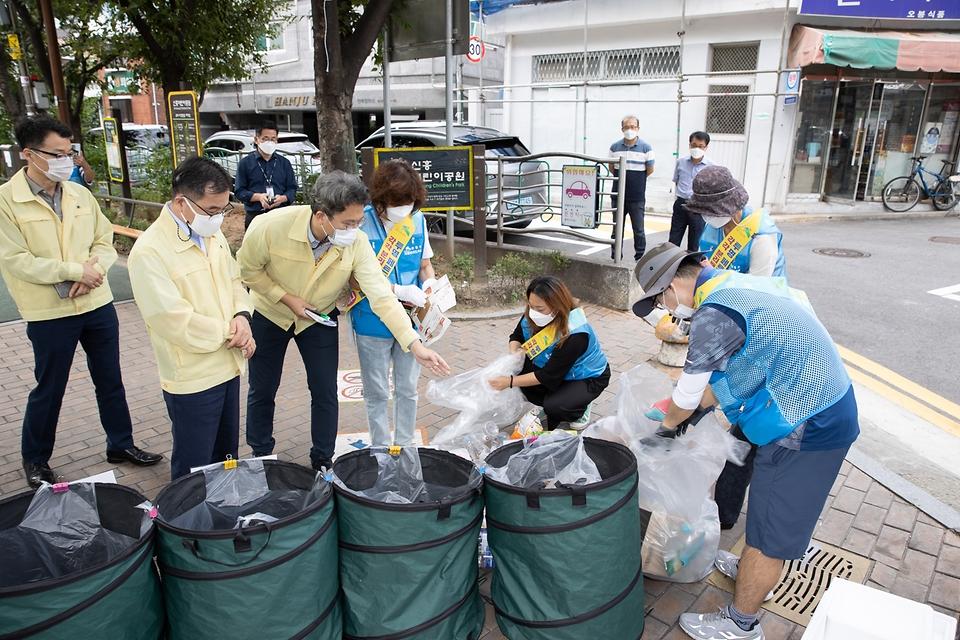홍정기 환경부차관이 17일 오후 서울 은평구 소재 단독주택 지역 분리배출 현장을 방문하여, 은평구 관계자로부터 '자원관리도우미' 운영 현황 설명을 듣고 있다.