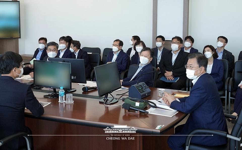 문재인 대통령이 15일 국방과학연구소 안흥시험장에서 미사일전력 발사 시험 참관을 마친 후 관계자들을 격려하고 있다.