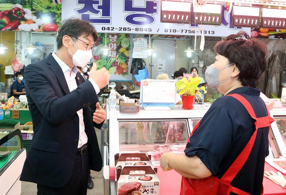 류근관 통계청장(왼쪽)이 추석을 앞둔 9월 14일(화) 자매결연 시장인 대전 문창전통시장을 찾아 상인과 대화하고 있다.