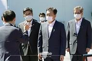 문재인 대통령이 15일 국방과학연구소 안흥시험장에서 미사일전력 발사 시험을 참관하기 앞서 장거리 공대지미사일에 대한 설명을 듣고 있다.