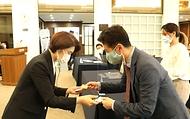 한정애 환경부장관이 27일 오후 서울 중구 한국프레스센터에서 열린 외국 통신사 기자간담회에 참석하여 외신기자들과 인사를 나누고 있다.