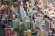 <p>추석 연휴를 이틀 앞둔 17일 오전 대전 유성구 노은농수산물도매시장 내 청과물시장에서 상인들이 과일 상자를 옮기고 있다.</p>