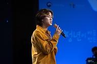 가수 이무진이 기념공연을 하고 있다.