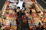 <p>추석 연휴를 이틀 앞둔 17일 오전 대전 유성구 노은농수산물도매시장 내 청과물시장이 시민들로 북적이고 있다.  </p>