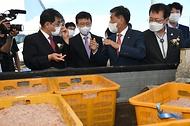 문성혁 해양수산부 장관이 16일 강화군 후포항에서 열린 '후포항 어촌뉴딜 사업 준공식'에서 특산물을 보고 있다.