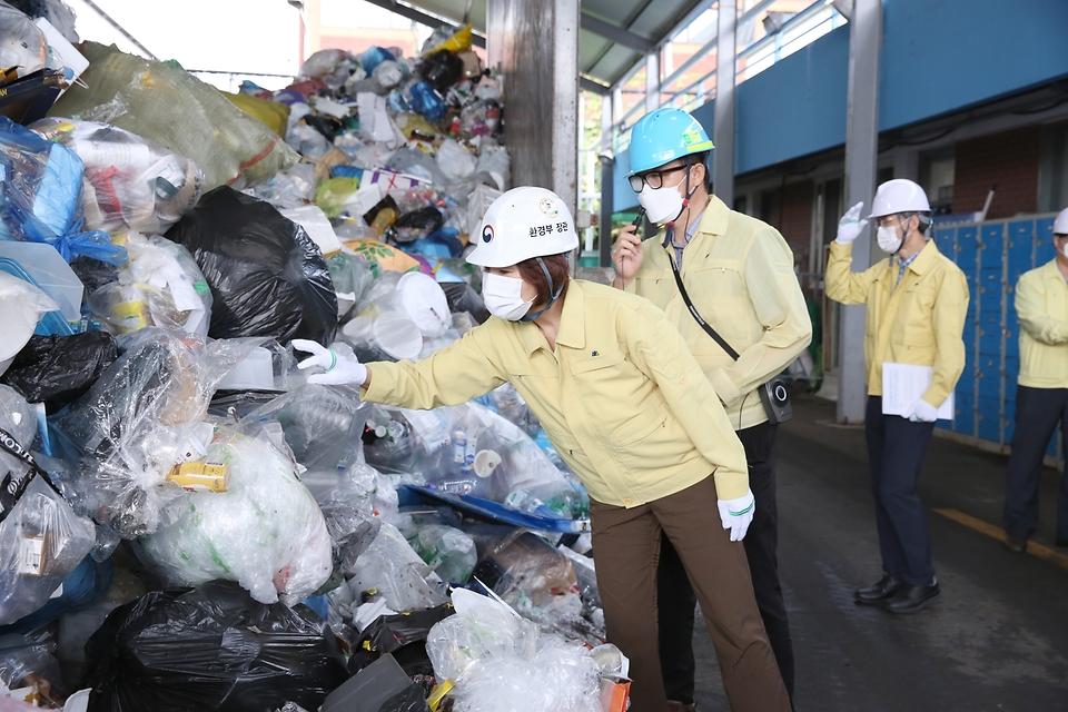 한정애 환경부장관이 22일 오전 서울 성동구에 위치한 공공선별장을 방문하여, 연휴 기간 발생한 재활용폐기물의 처리 현황을 점검하고 있다.