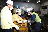 한정애 환경부장관이 22일 오전 서울 성동구에 위치한 공공선별장을 방문하여, 추석 연휴기간 고생하고 있는 선별 근로자들을 격려하고 있다.