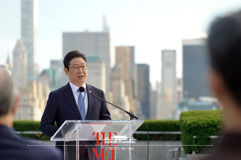 황희 문화체육부 장관이 20일(현지시간) 메트로폴리탄 미술관을 방문해 한국실 개관 축사를 하고 있다.