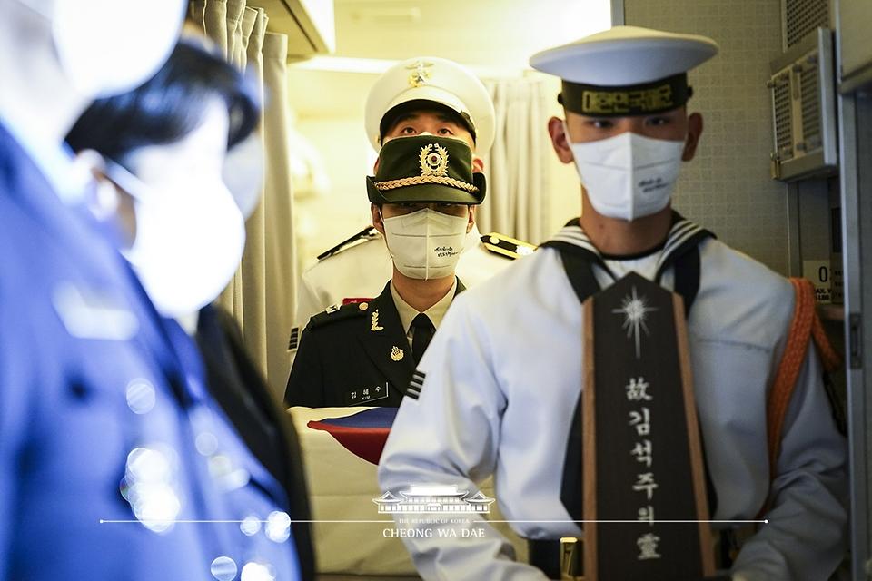 23일 밤 경기 성남시 서울공항에서 열린 국군 전사자 유해 봉환식에서 문재인 대통령과 함께 귀국한 국군 전사자 유해가 하기되고 있다.